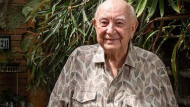 Sérgio Mamberti de camisa de folha