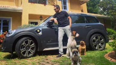 Sergio Guizé posa em chácara com três cachorros e carro de luxo