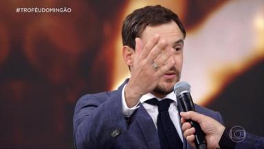 O ator Sergio Guizé foi um dos vencedores do prêmio Melhores do Ano e fez algumas revelações ao vivo. Confira