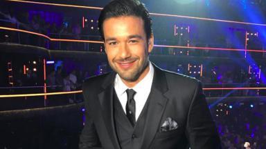 Sergio Marone no Dancing Brasil de terno preto