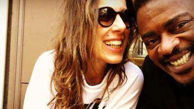 Karina Maluf e Seu Jorge sorrindo