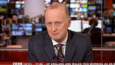 Apresentador da BBC, Shaun Ley, durante noticiário