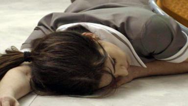 Shirlei caída no chão e sem os sentidos