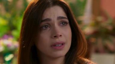 Shirlei chorando em pé em Haja Coração