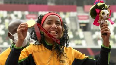 Silvânia Costa exibe medalha de ouro nos Jogos Olímpicos de Tóquio