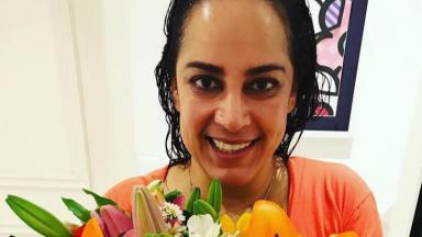 Internada com Covid-19 e pneumonia, Silvia Abravanel exibe flores em foto postada no Instagram