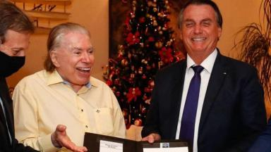 Silvio Santos rindo ao lado de Jair Bolsonaro