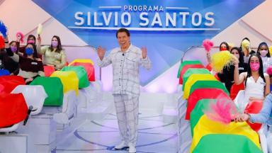 Silvio Santos de pijama na gravação do seu programa com o auditório ao fundo