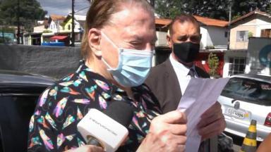 Silvio Santos lê carta, vestido de pijama, durante sua vacinação contra Covid-19