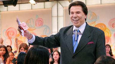 Silvio Santos no auditório do SBT distribuindo dinheiro
