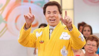 Silvio Santos de roupão amarelo