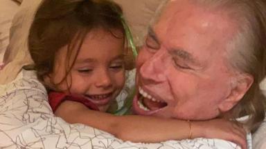 Jane, filha de Patricia Abravanel, aparece abraçada ao avô, Silvio Santos, em foto de Natal