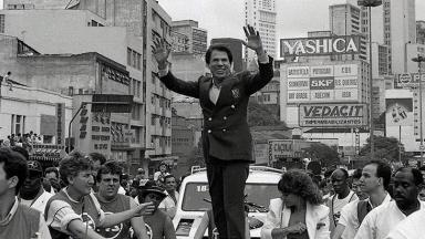 Silvio Santos desfila em carro aberto na Parada de Dia das Crianças, organizada pelo SBT, em 1988