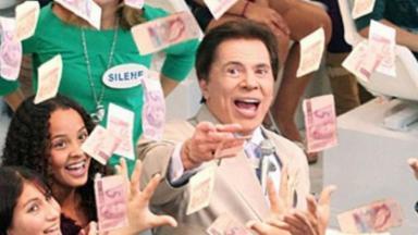 Silvio Santos dando dinheiro pra plateia