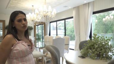 Simone exibe o interior de sua mansão em Alphaville, em São Paulo, em vídeo para o YouTube