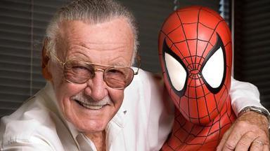 Stan Lee ao lado de Homem-Aranha