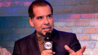Leandro Hassum com microfone da TNT