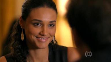 Débora Nascimento com cara de apaixonada em Flor do Caribe