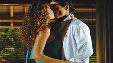 Hélio seduz Taís e a beija