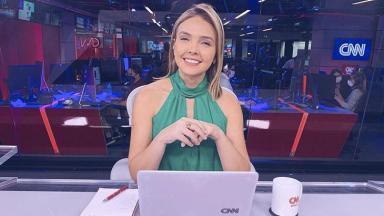 A jornalista Tais Lopes na bancada da CNN Brasil