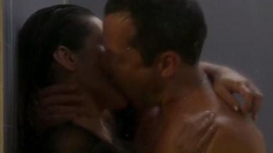 Tamara e Apolo se beijando no chuveiro