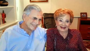 Tarcísio Meira ao lado de Glória Menezes em entrevista por transmissão de vídeo ao Conversa com Bial