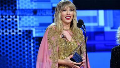 Taylor Swift recebendo prêmio