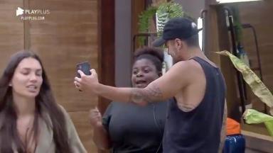 Jojo Todynho e Lipe Ribeiro fazendo selfie com celular da produção