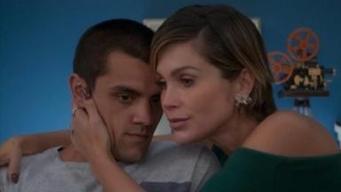 Felipe Simas e Flávia Alessandra em cena da novela Salve-se Quem Puder, na Globo