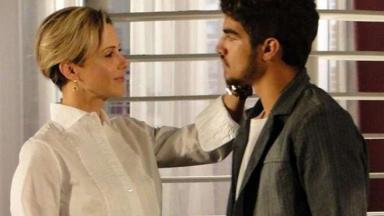 Cena de Ti Ti Ti com Luísa com a mão no rosto de Edgar, que está de frente para ela