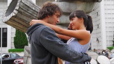 Cena de Ti Ti Ti com Luti abraçado com Gabriela e os dois de frente