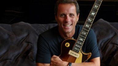 Tony Bellotto com uma guitarra em mãos