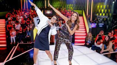 Dona Neide e Patrícia Abravanel fazendo gesto no Topa ou Não Topa