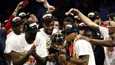 Jogadores do Toronto Raptors levantam troféu da NBA