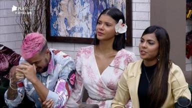 Lipe Ribeiro, Jakelyne Oliveira e Tays Reis sentados no sofá de A Fazenda 2020