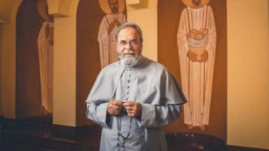 Padre Antonio Maria com terço na mão posado para foto