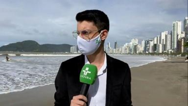 Luiz Turati, com microfone na mão, percebe a chegada do mar
