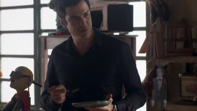 Eric em pé com um prato nas mãos