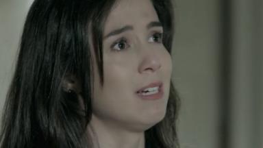 Cora chora diante de Marta