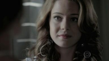 Cristina observa muda Clara falar