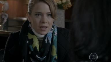 Cristina conversa com funcionária do banco