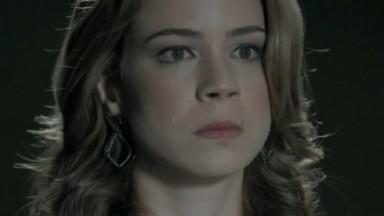 Cristina chora diante do comendador