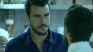 Enrico com Vicente na cozinha do restaurante em Império