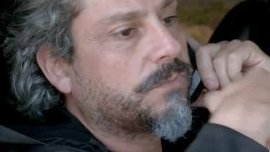 José Alfredo dentro do carro falando ao telefone