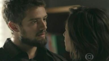 Vicente encara Clara, descontente
