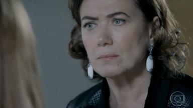 Marta encara Isis com raiva