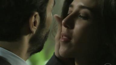 José Pedro acariciando o rosto de Cora