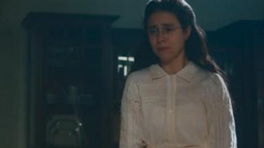 Dolores de pé e com expressão de choro