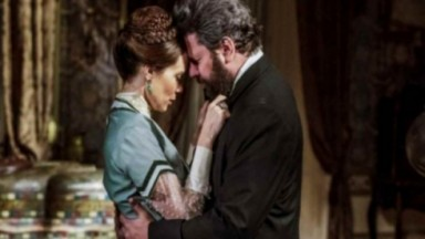 Pedro e Luísa abraçados em cena de Nos Tempos do Imperador