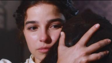 Pilar abraça Dolores em cena de Nos Tempos do Imperador